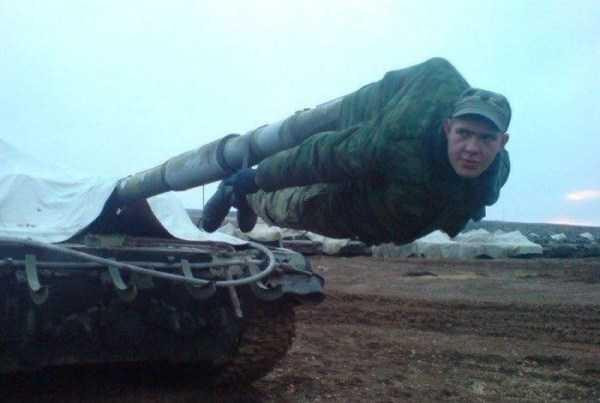 солдат висит на дуле пушки