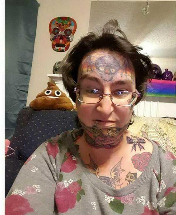 женщина в очках с татуировками на лице