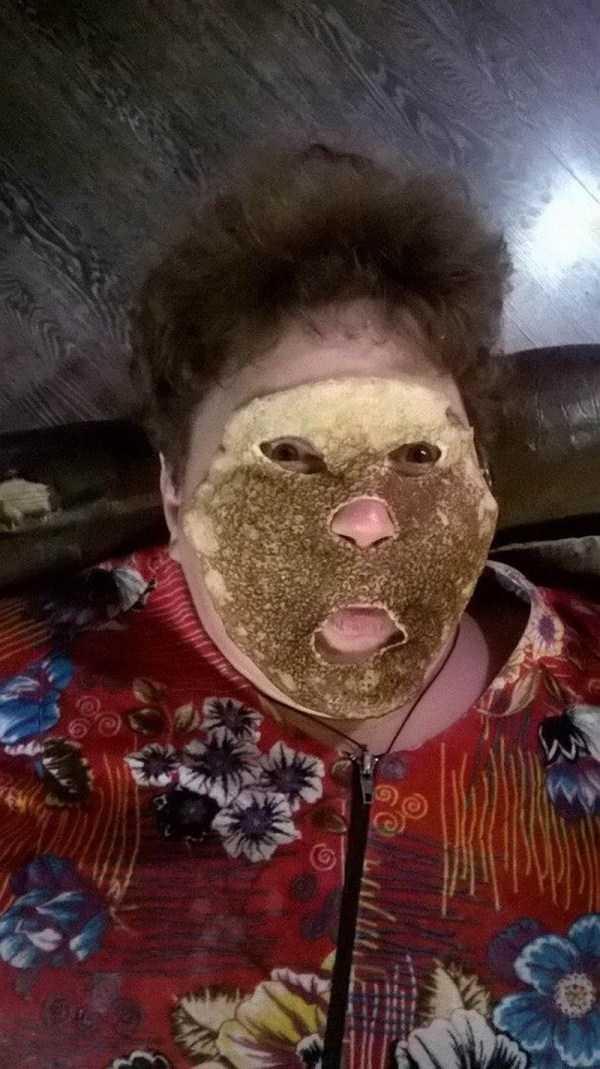 женщина с блином на лице