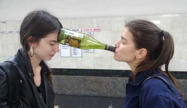 девушки с бутылкой