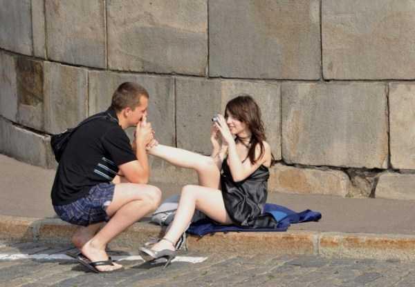 парень целует ногу девушки