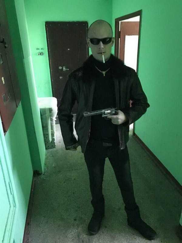 мужчина с сигаретой и пистолетом в подъезде