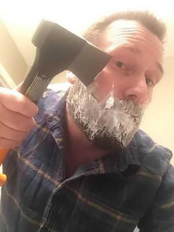 мужчина бреется топором
