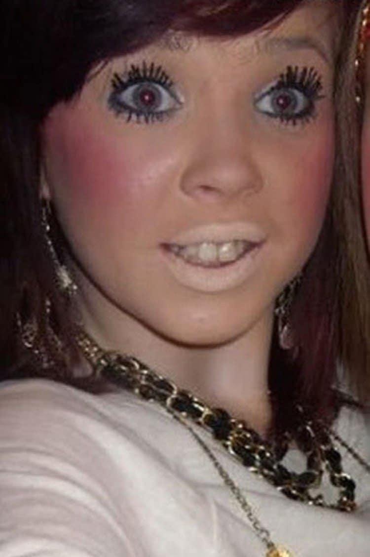 девушка с косметикой на лице
