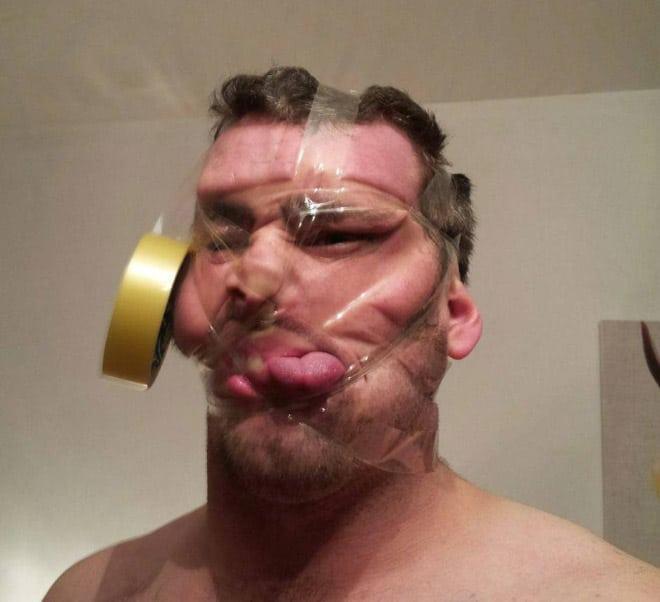 скотч висит на лице у парня