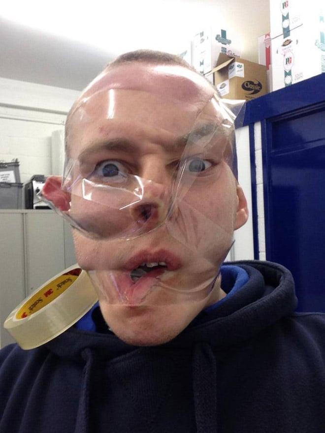 скотч на лице у парня рис 2