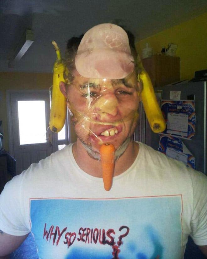 парень с бананами на лице