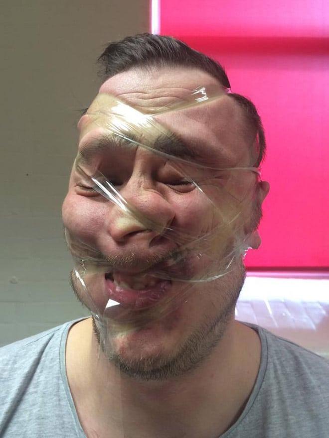 мужчина со скотчем на лице