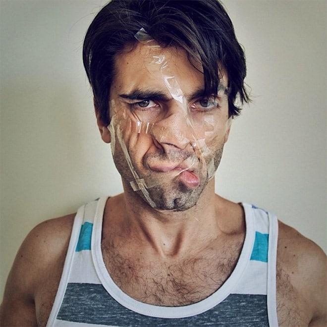 скотч на лице мужчины