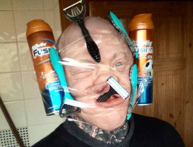 пена для бритья и станки на лице у мужчины