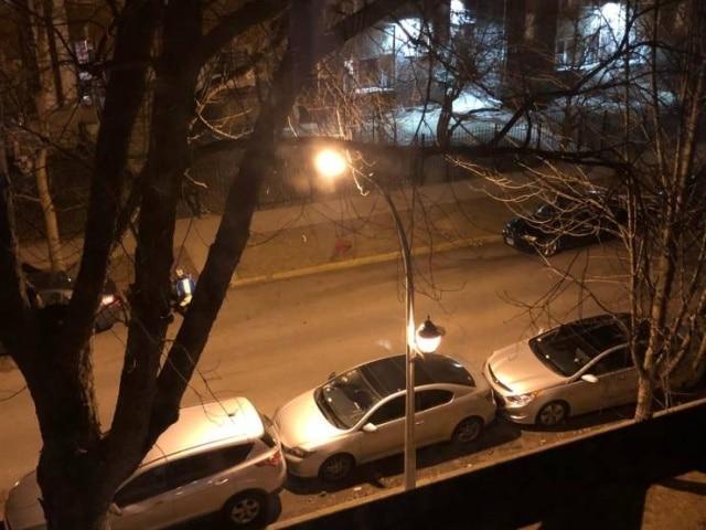 машины припаркованные вдоль дороги