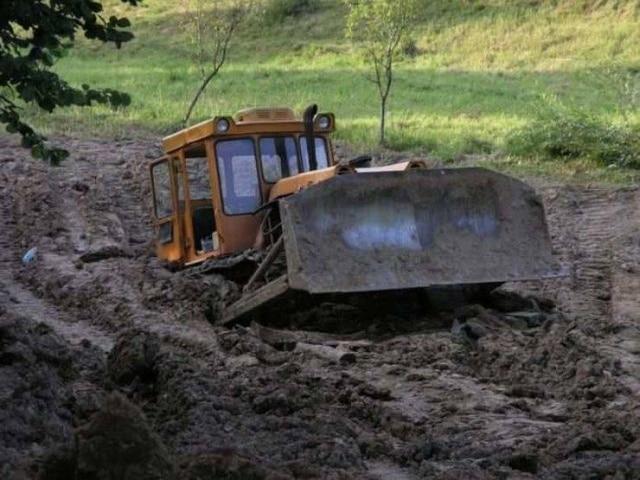 трактор увяз в грязи