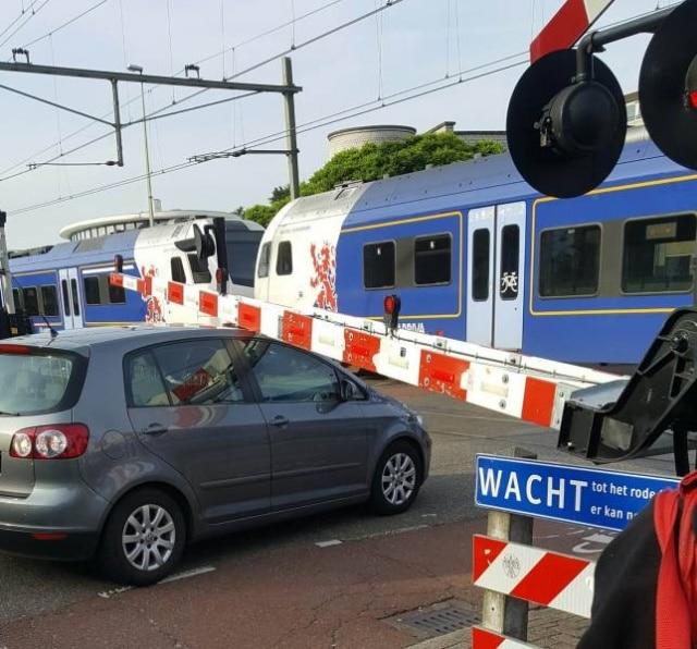 машина на железнодорожном переезде
