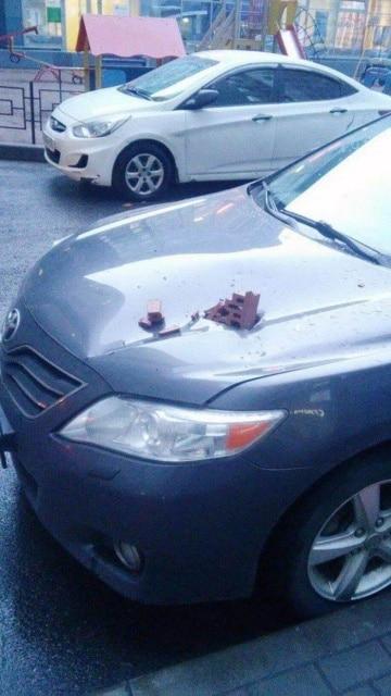 кирпич пробил капот машины