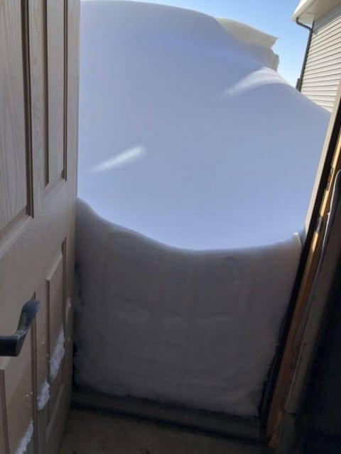 сугроб снега за дверью