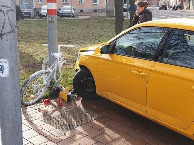 желтая машина на парковке