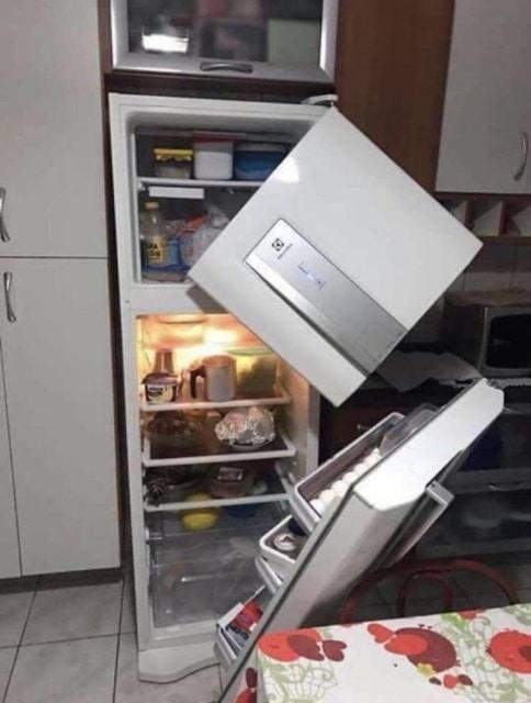 холодильник с отломанной дверцей