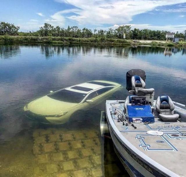 белая машина под водой