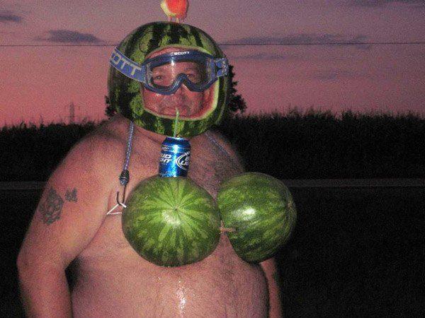 мужчина в шлеме из арбуза