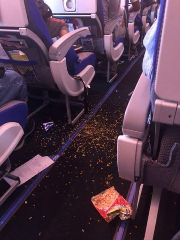 мусор в самолете