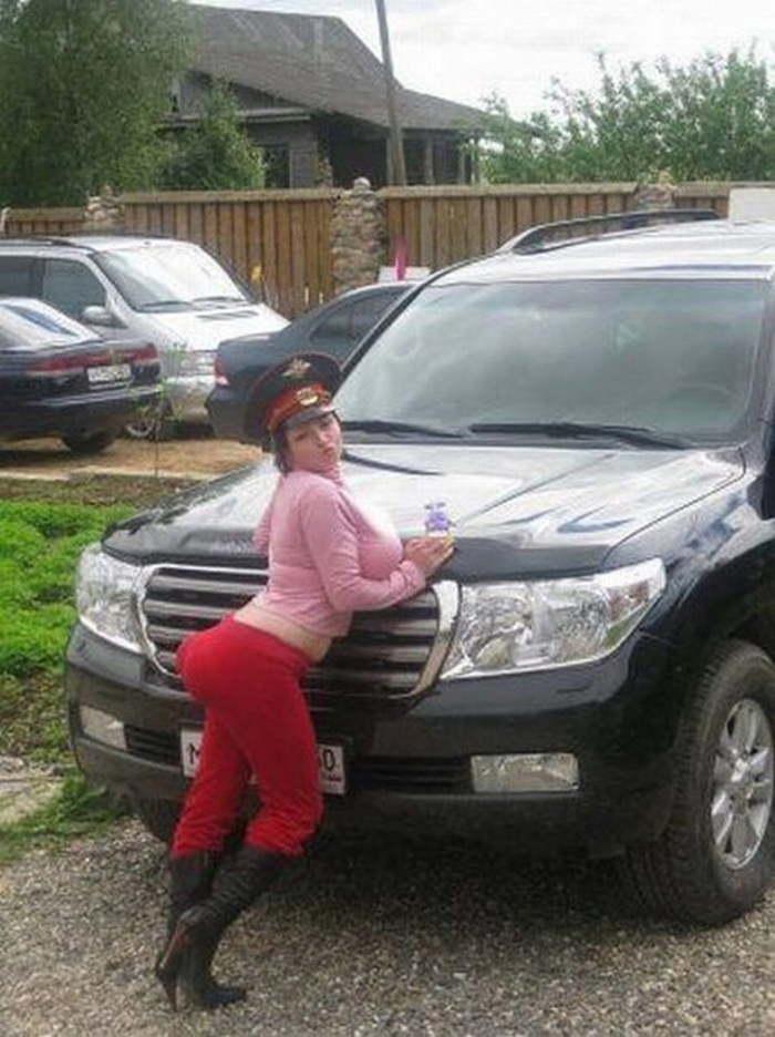 девушка в фуражке на фоне машины