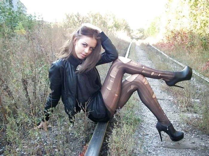 девушка сидит на рельсах