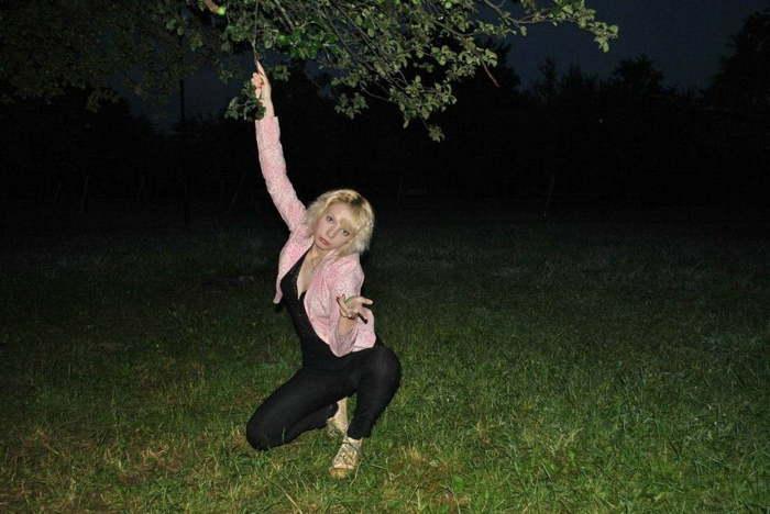 блондинка под деревом