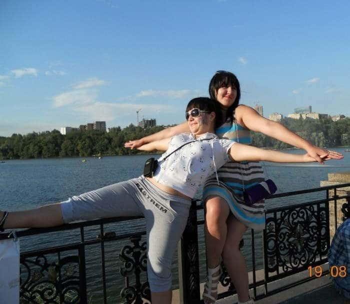 девушки на мосту