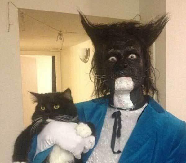 мужчина с кошкой на руках
