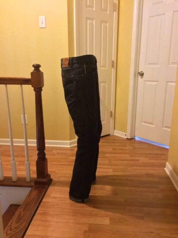 джинсы стоят на полу
