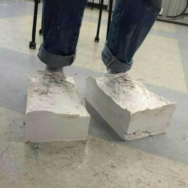 куски цемента на ногах