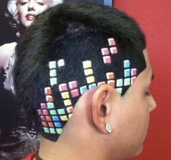 парень с цветными квадратами на волосах