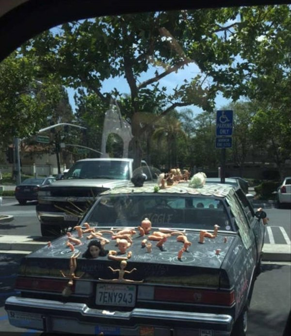 машина с куклами на багажнике