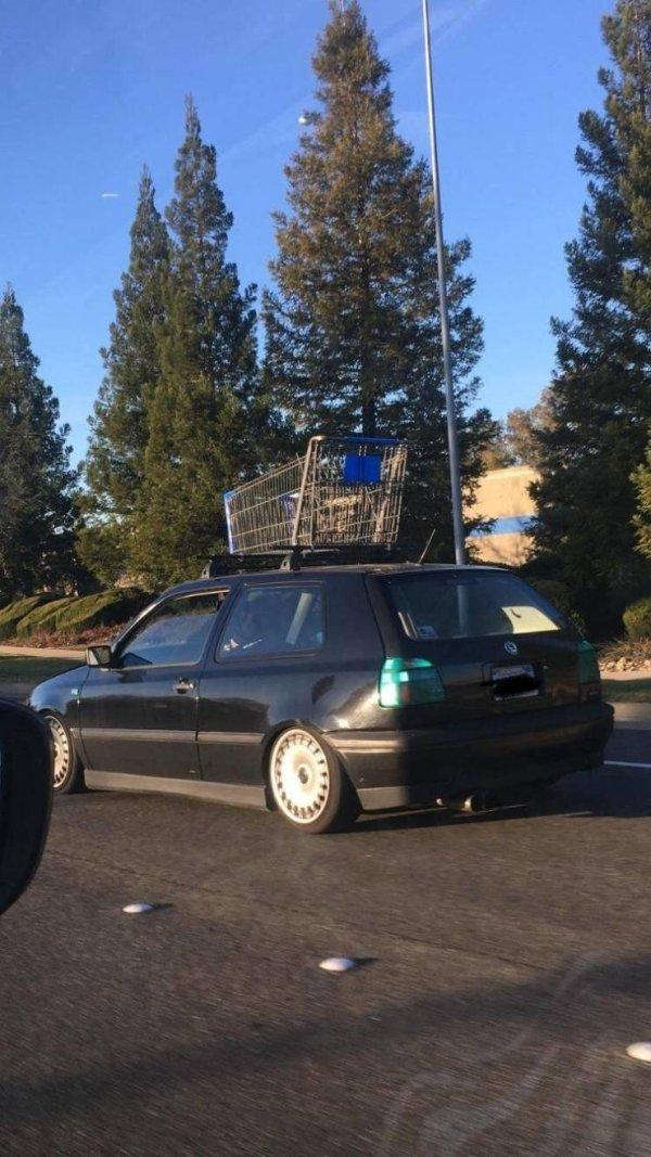 машина с тележкой на крыше