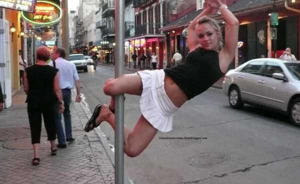 девушка на шесте на улице