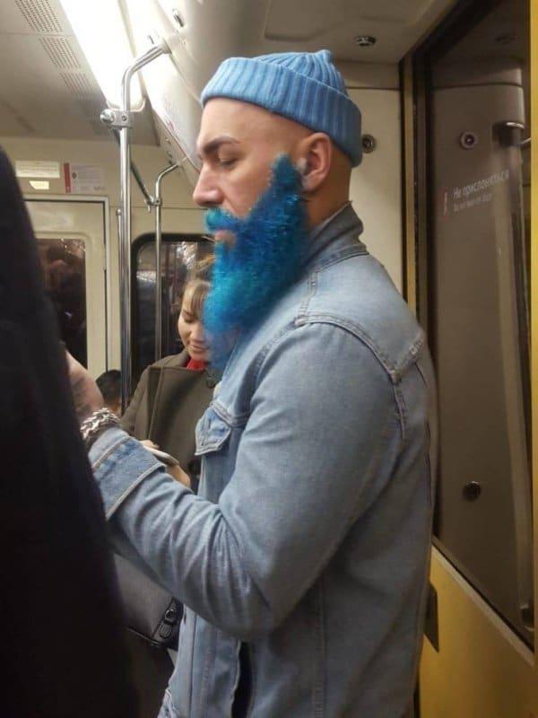 парень с синей бородой в метро