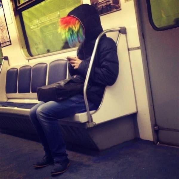 парень в цветном парике