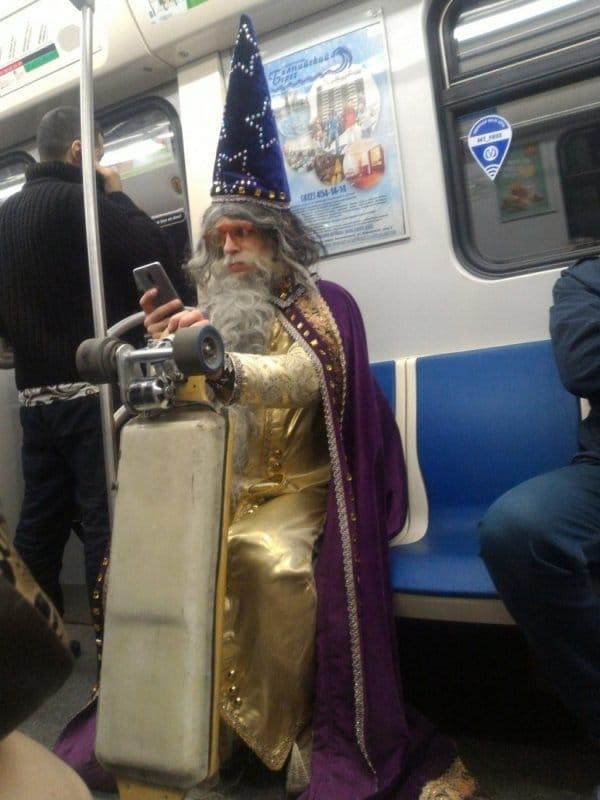 мужчина в костюме волшебника