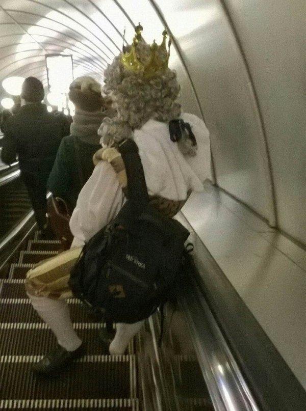 парень в средневековом костюме