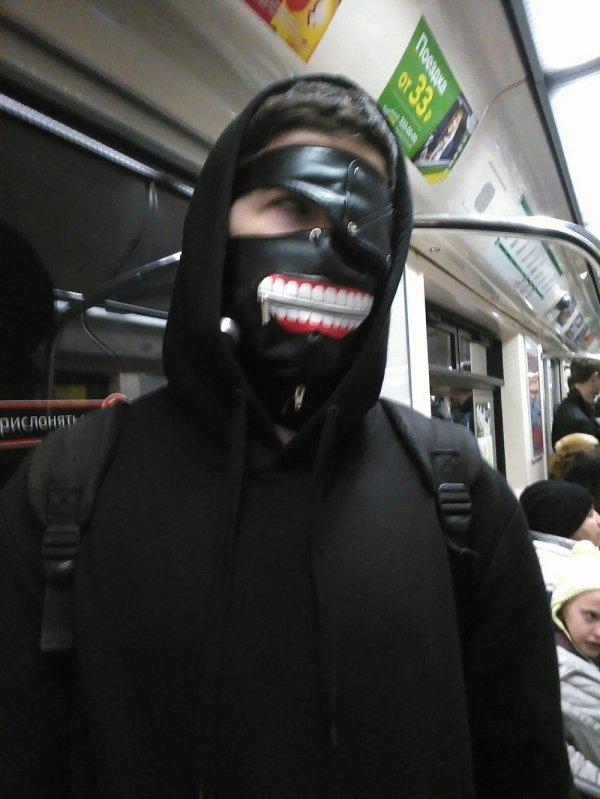 парень в кожаной маске на лице