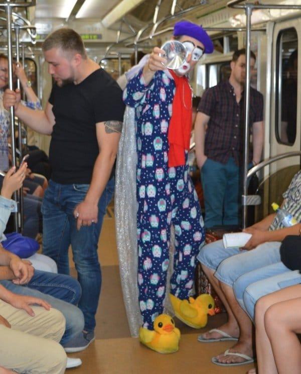 клоун в вагоне метро