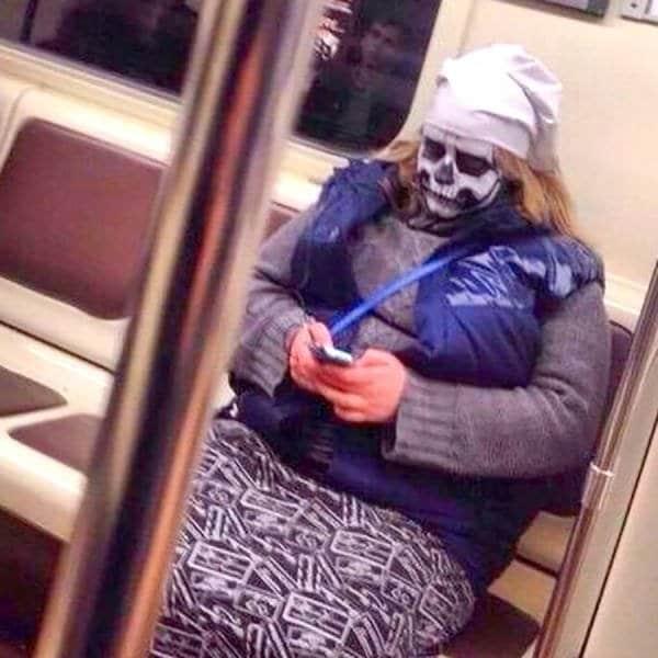 женщина с макияжем под череп