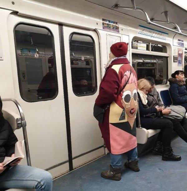 женщина в пальто с принтом на спине