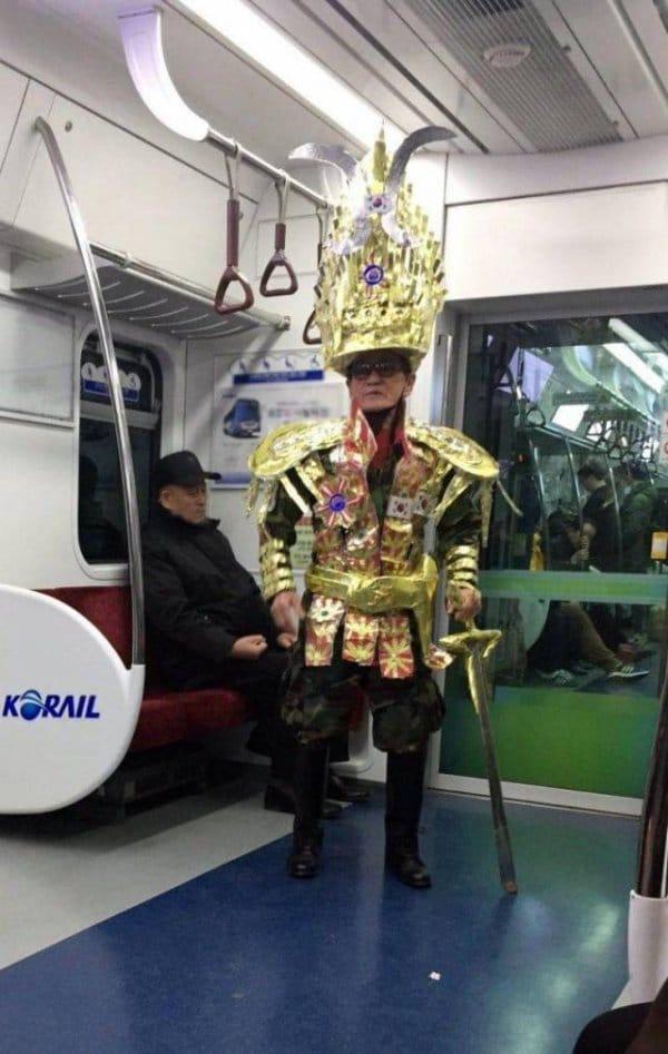 мужчина в странной одежде в метро