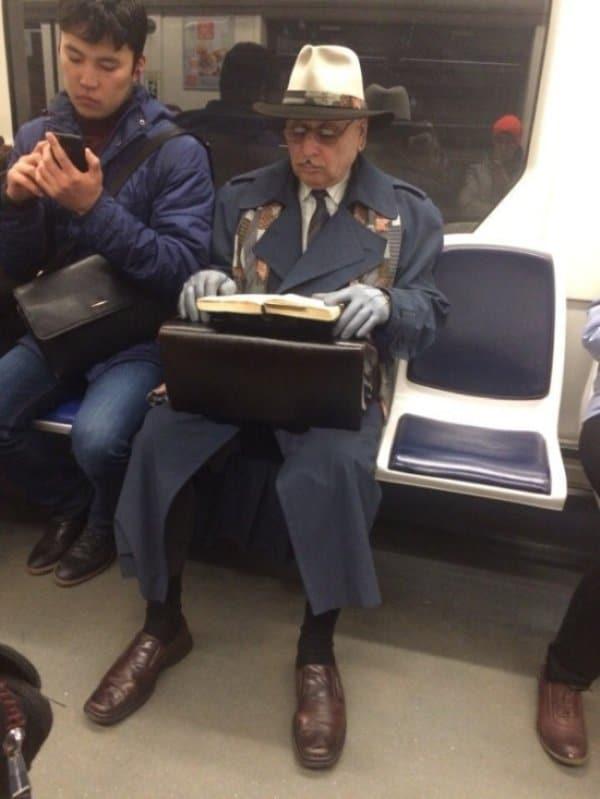 мужчина с книгой в метро
