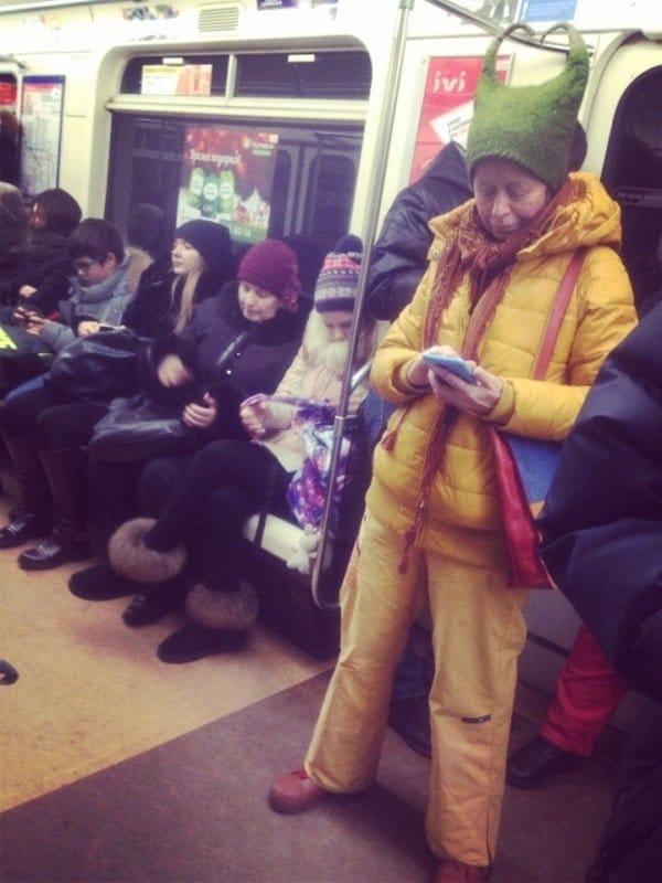 женщина в шапке с рогами