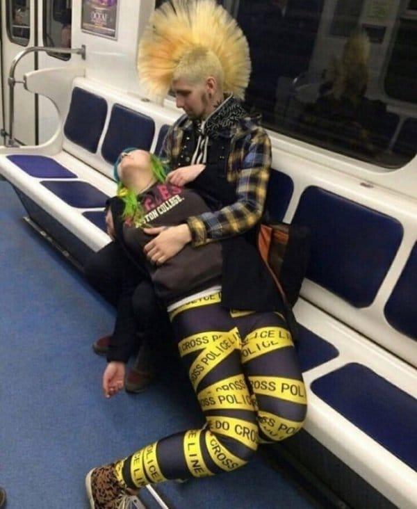парень с девушкой в метро
