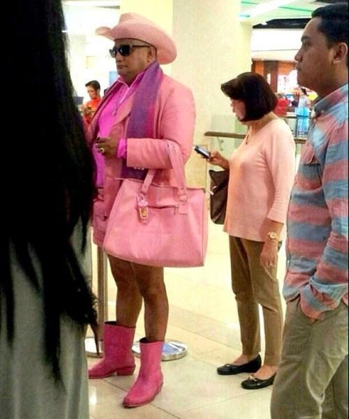 мужчина в розовой одежде