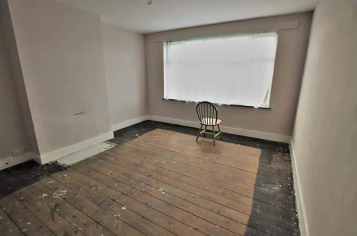 стул посреди комнаты