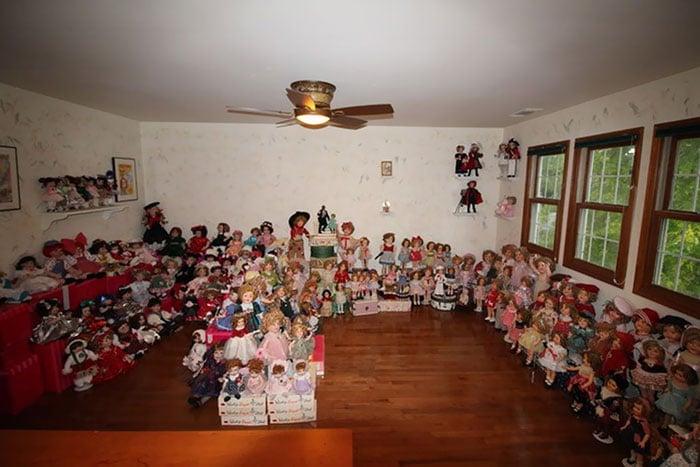 куклы в комнате